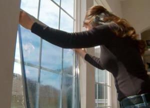 Клеим тонировочную плёнку на окно