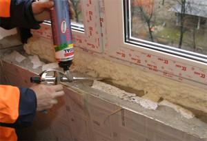 Уплотнение стыка окна и стены с помощью монтажной пены
