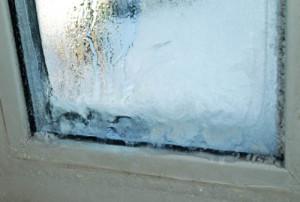 Промерзшее пластиковое окно